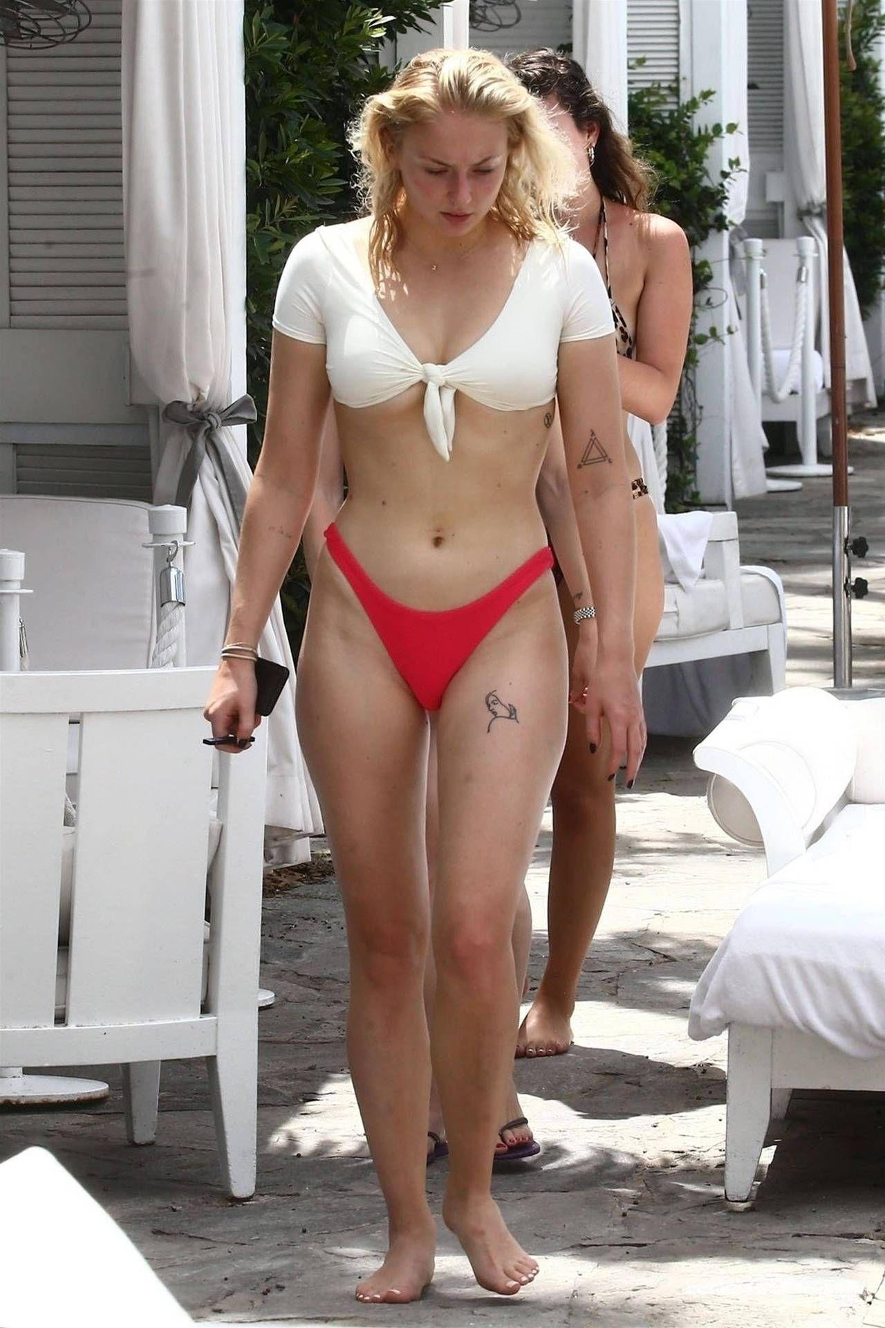 Roten bikini christina applegate im