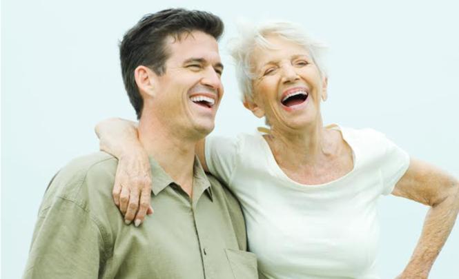 Frau junge die liebt altere