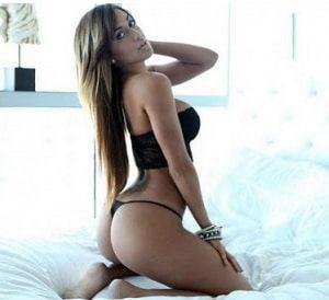 Schwarze bikini reife frau tragt