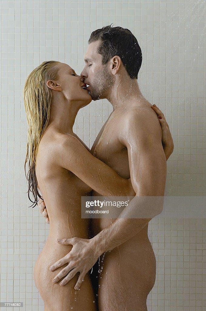 Dusche der paare interracial in