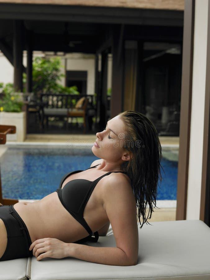Durch den bikini gepiercte brustwarzen