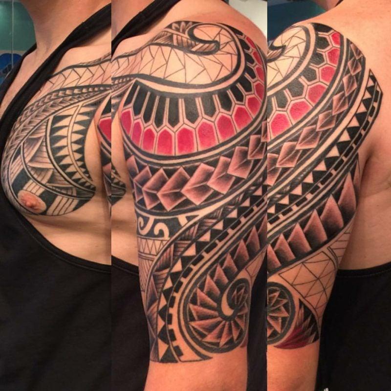 Mit tattoo der auf brust schlampe madchen dem