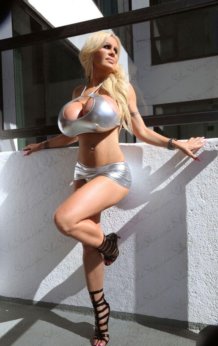 Tits enge big kleider blonde