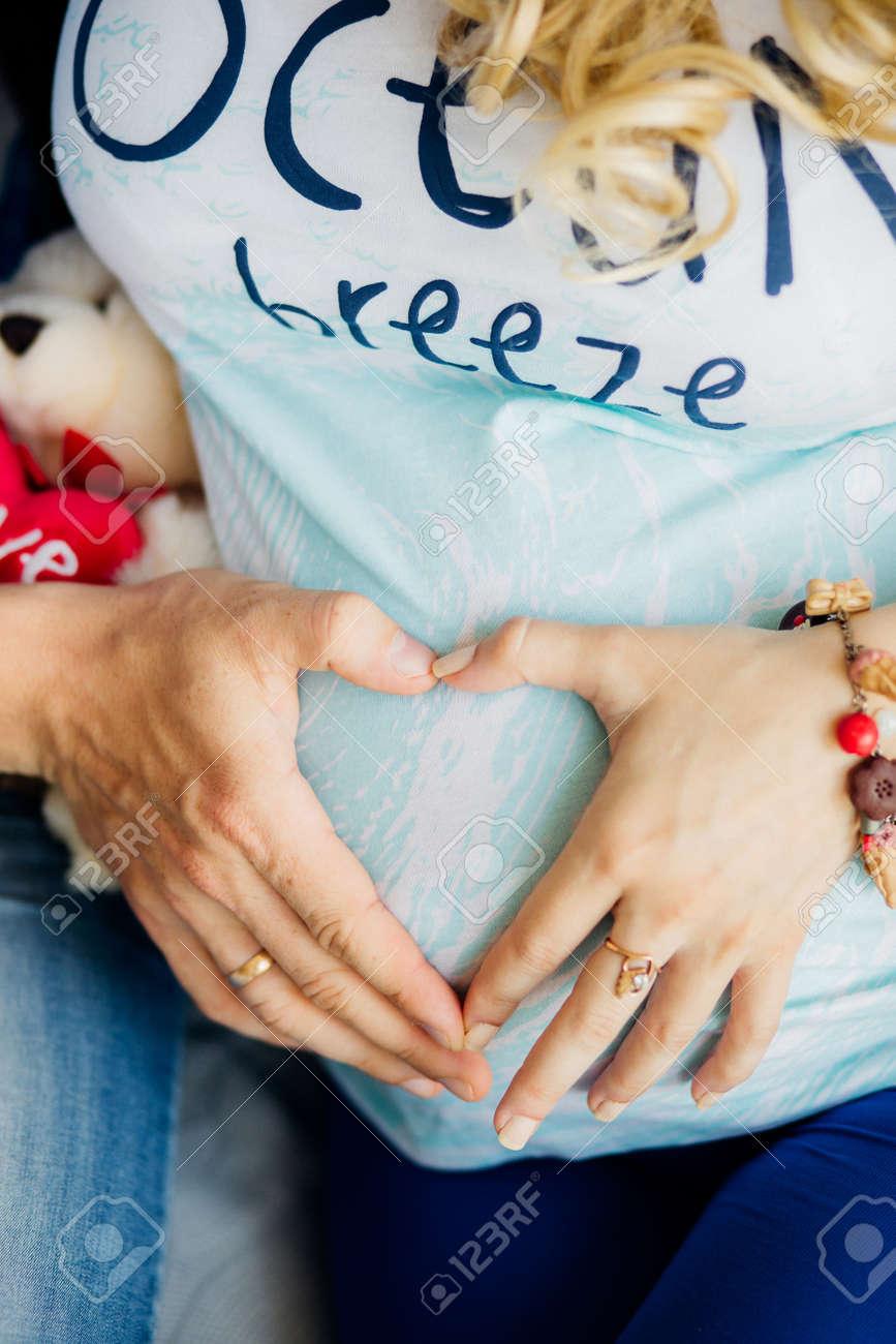 Hande bauch schwangeren herz auf