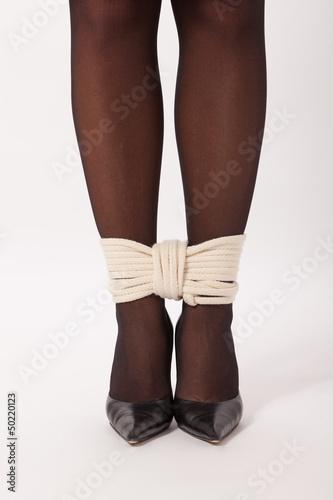 Die beine strumpfe gefesselt die