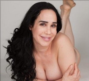 Nackt in dusche mädchen der