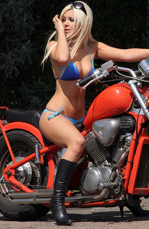 Chicks amateur bikes hot on